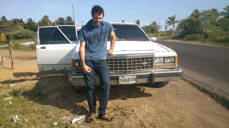 En la guajira, con el coche, del año 1974, con el que cruzamos la frontera. Los coches tan antiguos son muy comunes en esa zona