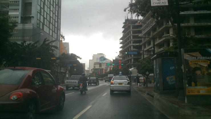 Aspecto de la avenida Francisco de Miranda en un día de lluvia, donde está situado el banco