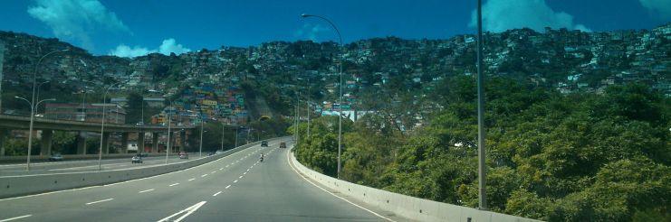 Barrio sobre la vía de Caracas a Maiquetía