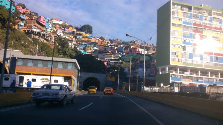 De talle de uno de los barrios tricolor, viviendas sociales promovidas por el gobierno.  Como se puede ver también, algunos vehículos son realmente antiguos, raros de ver fuera del país